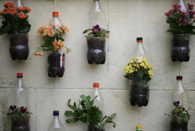 Creeaza o gradina din PET-uri reciclate. Nu aruncaţi sticlele de plastic! Sunt grozave pentru a redecora casa si gradina