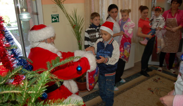 Spiridusii de Arimex Comexim 2000 SRL si Mos Craciun, in vizita la copiii de la Casa Speranta