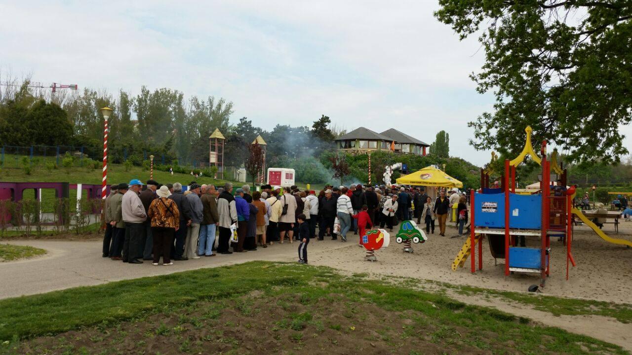 1 mai in parcul tabacarie locul de joaca pentru copii a devenit sala de mese pentru pensionari galerie