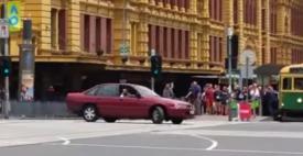 Morţi şi răniţi după ce un tânăr a intrat cu maşina într-o zonă pietonală din Melbourne