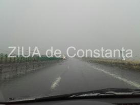 Atenție șoferi. Pe autostrada A1 plouă torențial și vântul bate cu putere. Traficul este îngreunat