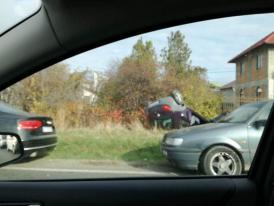 Accident rutier în Ovidiu. O maşină s-a răsturnat la marginea drumului. Două ambulanţe la faţa locului (galerie foto)