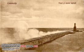 Farul călăuzitor și Marea Neagră agitată, surprinse la Constanța în anul 1928