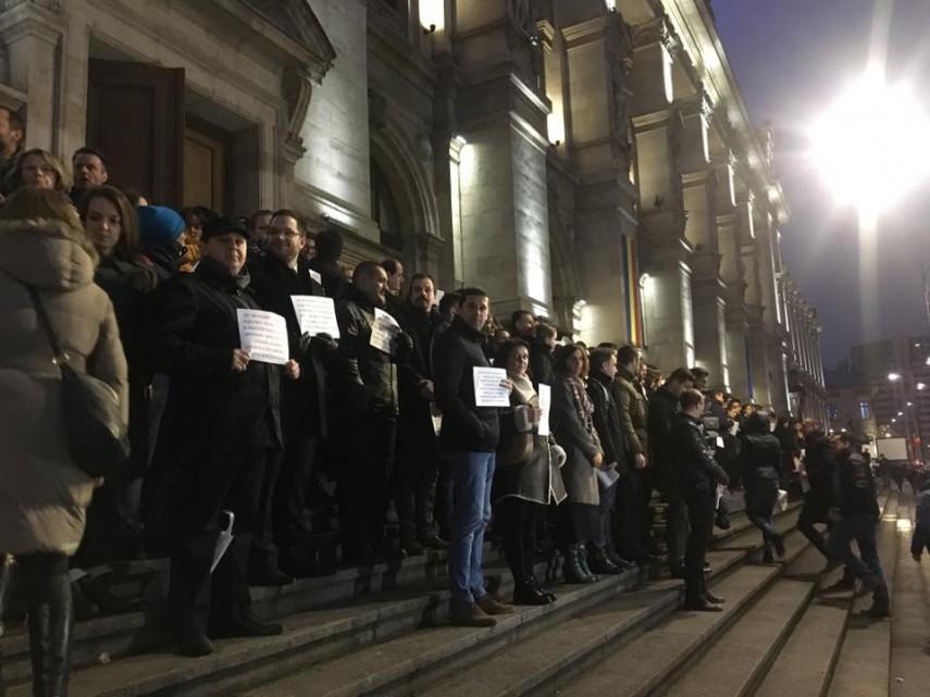 UPDATE: Protest la Curtea de Apel Bucuresti. Sute de magistrati protesteaza impotriva modificarilor legilor justitiei