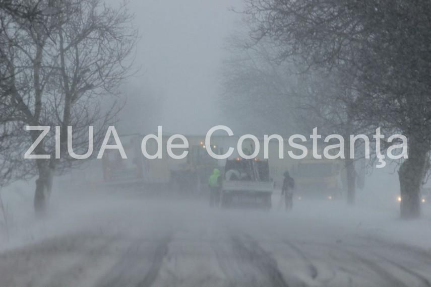 Un autocar cu zeci de elevi s-a stricat in plina ninsoare. Drumarii au venit in sprijinul elevilor