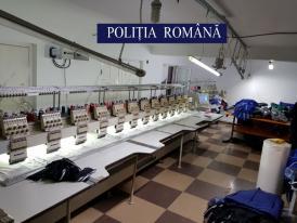 Fabrică de haine contrafăcute, descoperită de polițiști. Marfa era comercializată în mediul online