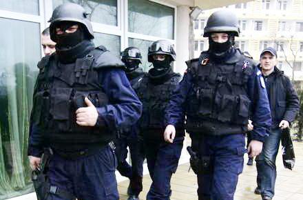 02_perchezitii_politie_mascati.jpg