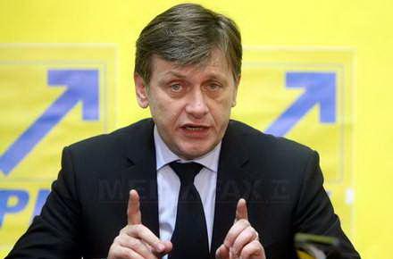 victime_basescu_-_Crin_Antonescu_www_ianculescu_com.jpg