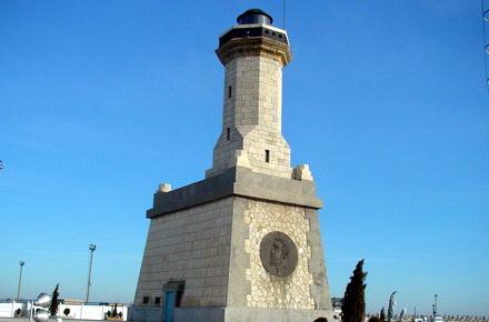 turisti-monumentCuibulreginei1.jpg