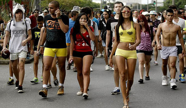 Sute de columbieni au iesit in strada in lenjerie pentru a-si apara libertatea de exprimare