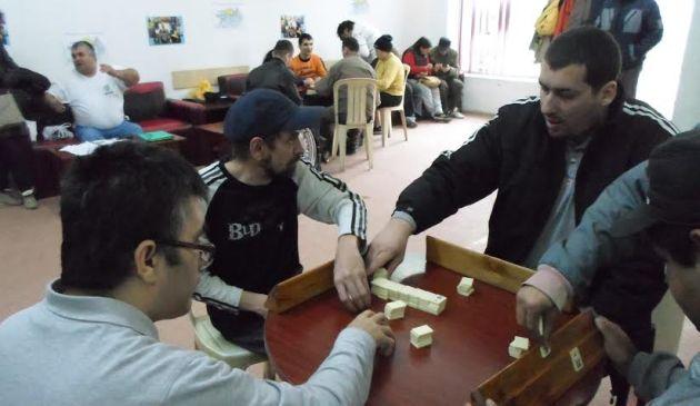 Persoanele cu handicap s-au intrecut la rummy si darts