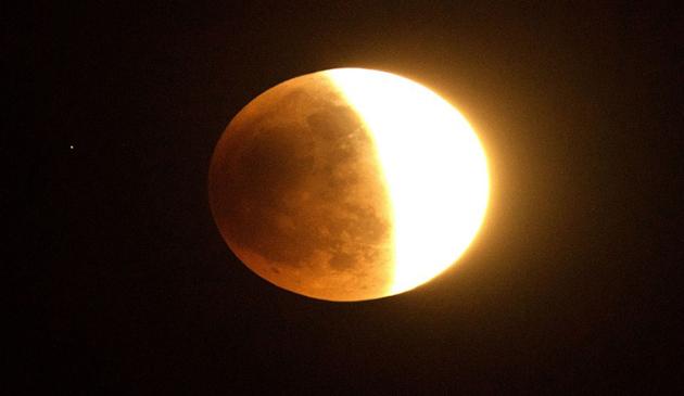 Fotoreportaj, Luna rodie, Eclipsa totala de Luna