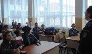 Soluţie pentru siguranţa în şcoli? Elevii vor purta un semn distinctiv - uniformă, eşarfă sau insignă