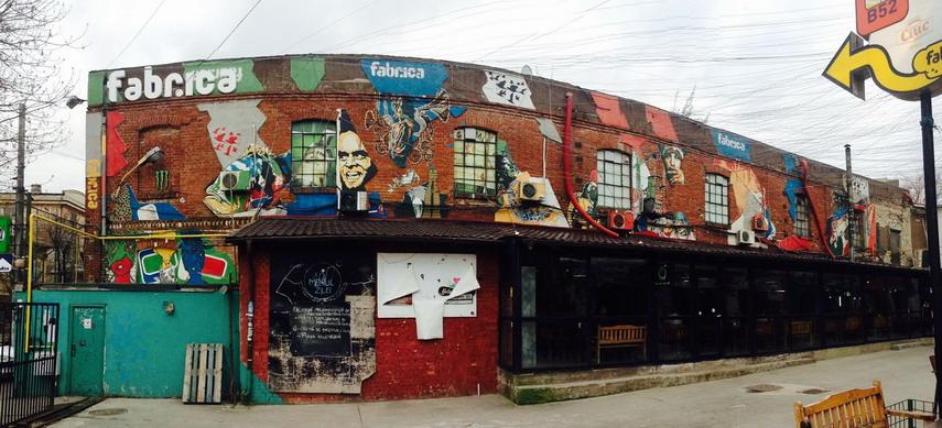 Cluburile Fabrica și B52 funcționează în fosta țesătorie de ciorapi Apollo. Clădirilor li s-au estompat asperitățile prin grafitti și desene cu actori de la Hollywod, însă metamorfoza lor, din fabrică în restaurante și baruri de noapte, este ilegală. FOTO: Ionuț Stănescu/RISE Project.