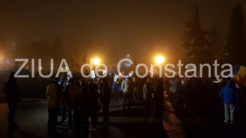 ziua 8 live text aproximativ 200 de manifestanti printre care si o persoana cu dizablitati constanta