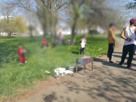 Grătare încinse în Parcul Tăbăcărie din Constanța. Polițiștii locali au aplicat sancțiuni. Unde este interzisă organizarea de picnicuri sau grătar (galerie foto)