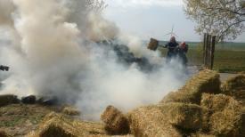 Incendiu violent în județul Tulcea. O remorcă încărcată cu baloți a fost cuprinsă de flăcări (galerie foto-video)