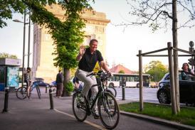 """Președintele României, la plimbare cu bicicleta prin București - """"Traficul este infernal"""""""