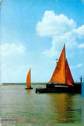 Ambarcațiuni ușoare, cu pânze, pe Lacul Siutghiol din Mamaia