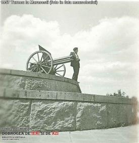 1957. Turneu la Mărăşeşti (foto în faţa mausoleului)