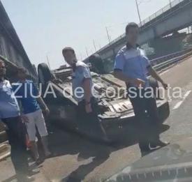 Maşină răsturnată pe A2, pe pod, între Fetești şi Cernavodă (galerie foto + video)