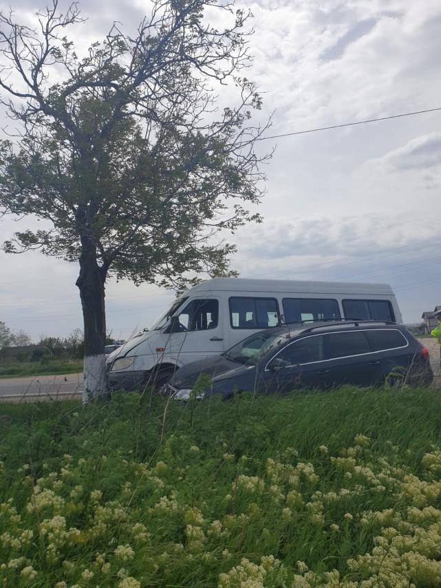 judetul constanta un microbuz cu pasageri a intrat intr un copac la intrare in cumpana 691318