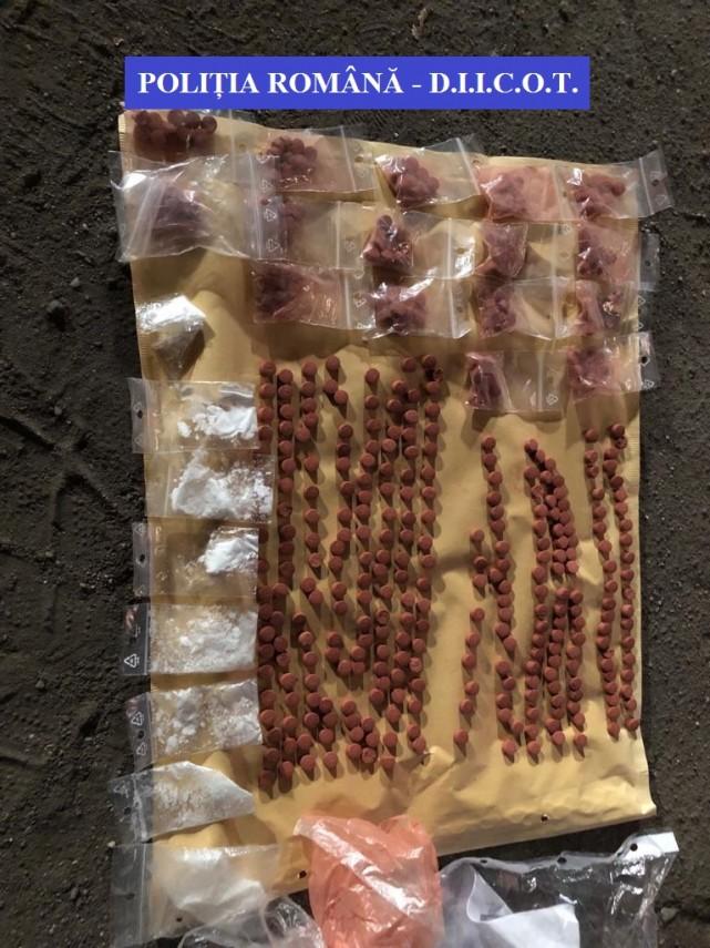 tanar din satu mare prins in flagrant de politisti in timp de vindea droguri 699387