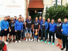 Susţinere cu greutate  Rugbyştii de la Tomitanii Constanţa, alături de Maya Cristiana Sasu, în prima ei zi de grădiniţă (galerie foto)