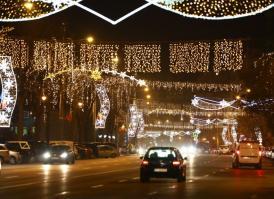 Primăria Constanța anunță că vor continua lucrările de strângere a decorațiunilor și iluminatul festiv de pe marile bulevarde
