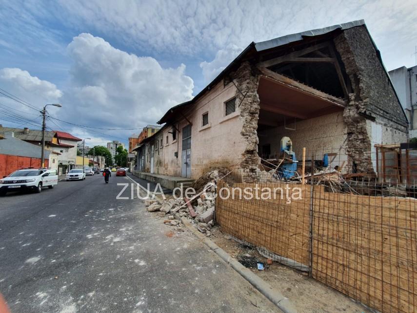 Alerta pe strada Avram Iancu din Constanta. Peretele unei cladiri s-a prabusit. Intervin pompierii